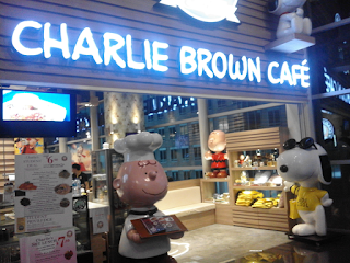 Makan Malam Di Charlie Brown Cafe Orchard Road Singapure