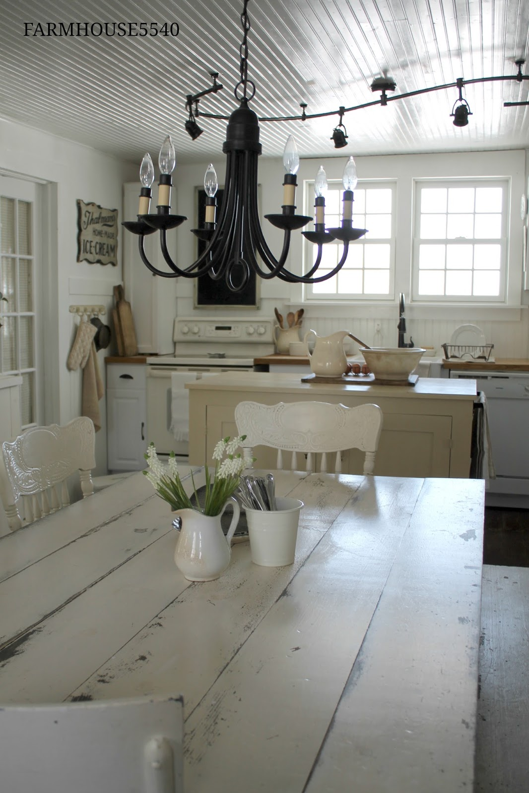 Farmhouse 5540 weekly inspiration our farmhouse kitchen for Farmhouse kitchen design pictures