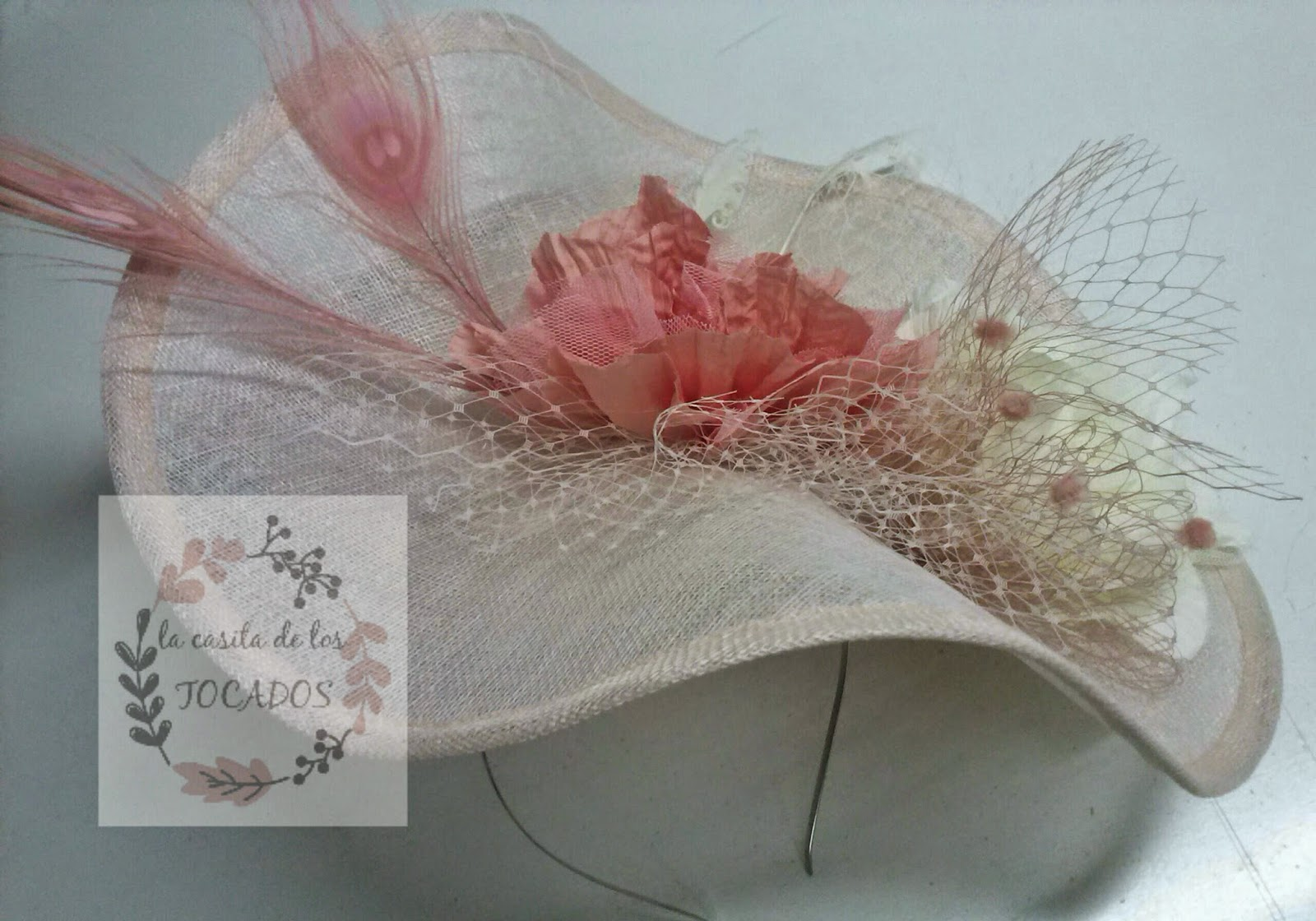 tocado artesanal a modo de pamela, grande, para bodas de mañana en colores rosa, crudo, salmón