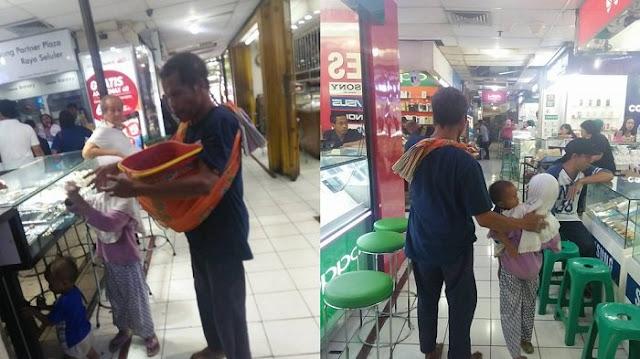 Masuk Mall Tanpa Alas Kaki, Alasan Pria Tuna Netra Ini Bikin Netizen Terharu