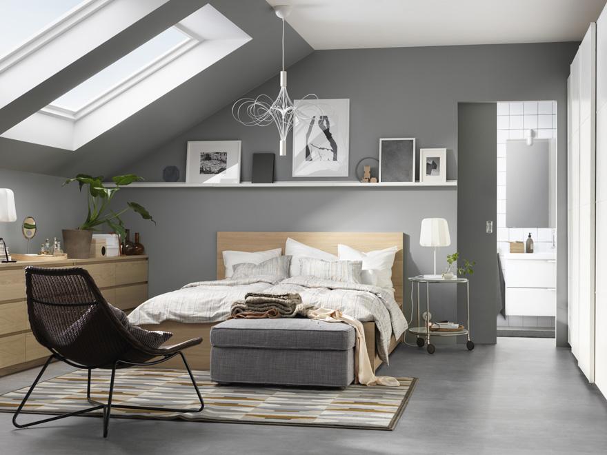 Chambre aménagée sous les combles avec dressing    wwwm-habitat - entree de maison avec escalier