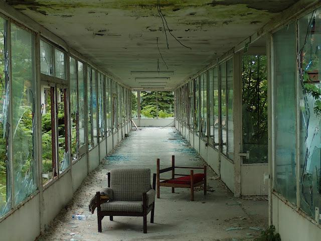 Oszklone przejście i fotele na środku