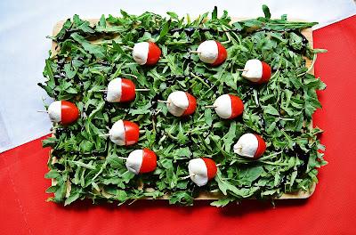 Euro 2016: biało - czerwone przekąski z mozzarellą i pomidorkami koktajlowymi na rukoli