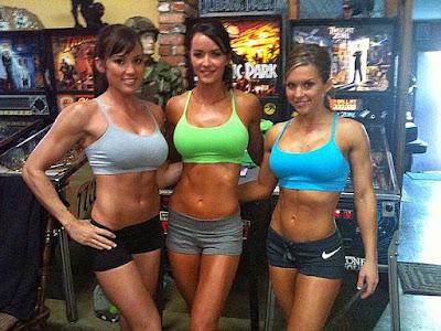 3 muskulöse Frauen - schlanker Bauch, Top und Shorts