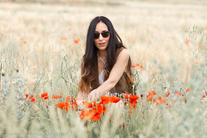BLogger influencer de moda con fotos de outfits en lugares bonitos campo cogiendo amapolas