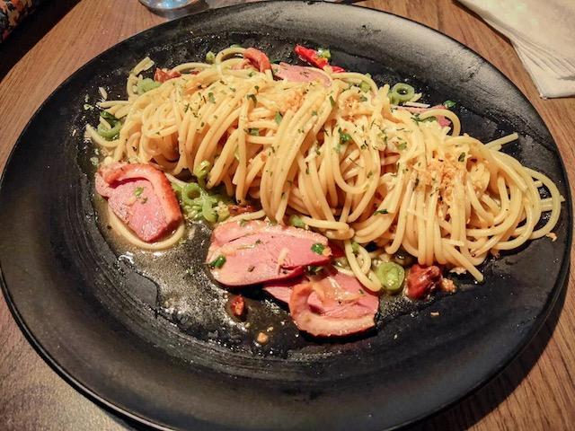 蒜味煙燻鴨肉菠菜義大利麵($230)。攝影:賈孟慈。
