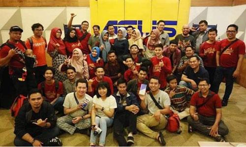 FOTO BERSAMA : Seluruh peserta ASUS Blogger Gathering 2018 foto bersama. Komunitas Blogger Singkawang juga hadir loh.  Foto Dwi Wahyudi/www.bloggerborneo.com