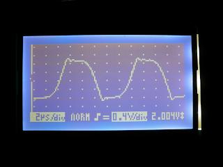 Oscilação medida no osciloscópio. A forma de onda representa a diferença de tensão entre as saídas dos integrados.