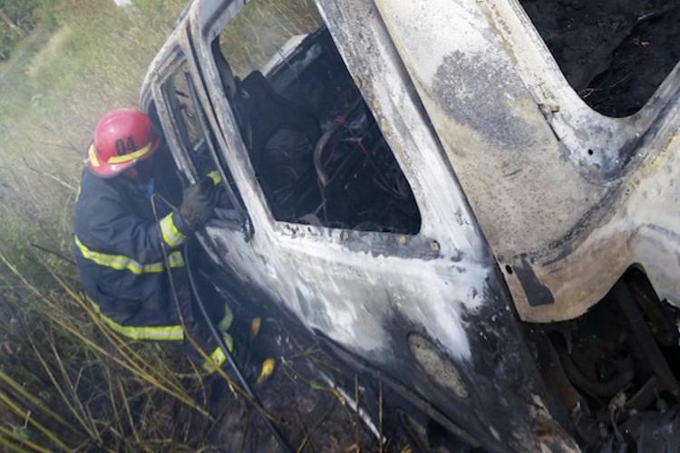 Hallan cadáver en auto en llamas en Celaya, Guanajuato