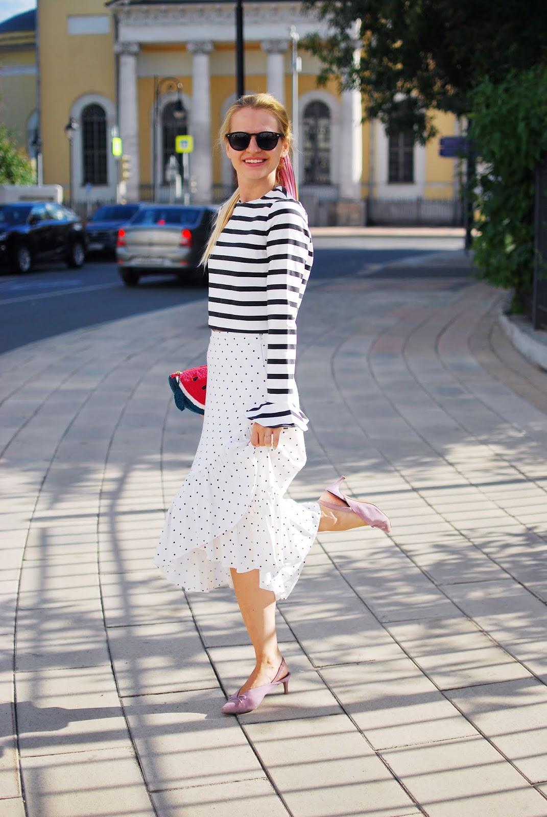 модная юбка в горох с воланом образ