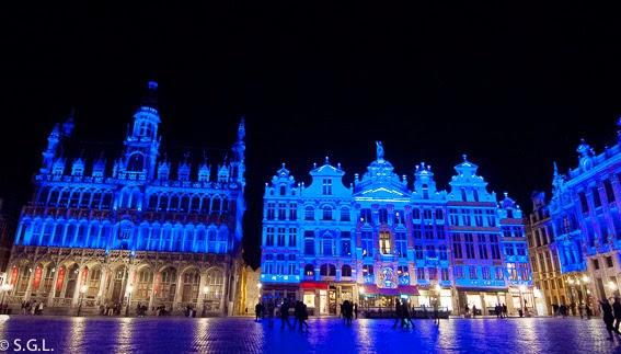 Fotografía nocturna de la Grand Place en Bruselas
