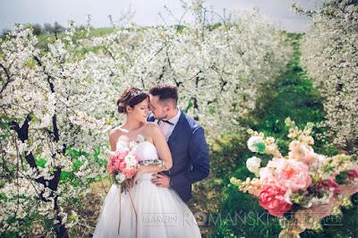 Romantyczna sesja ślubna w sadzie.