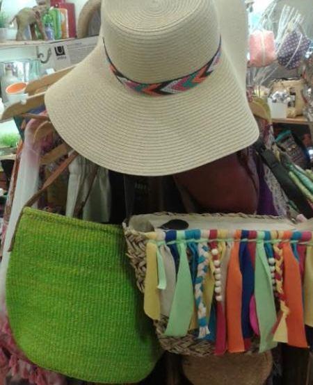 Sombrero de ala ancha de paja, blanco y bolsos