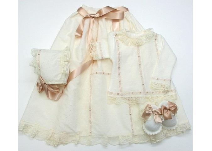 Vestir al bebé con el faldón familiar