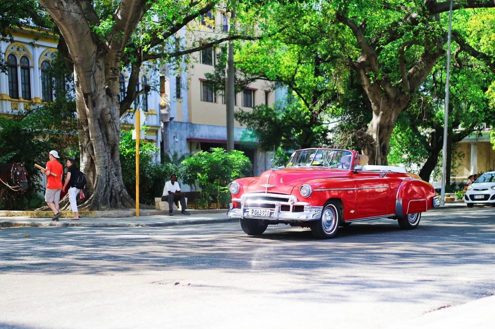 Voiture américaine rouge dans les rues de La Havane - Cuba