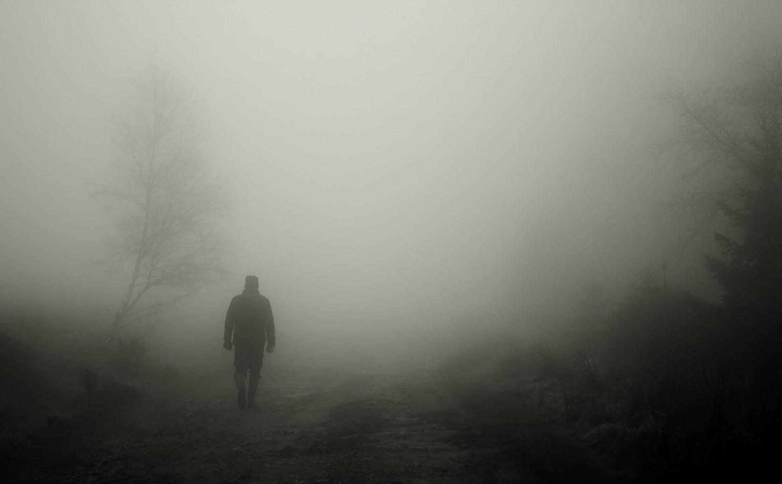 暗鬱な霧の中の歩行者