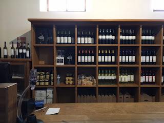 estante com vinhos diversos dentro da loja