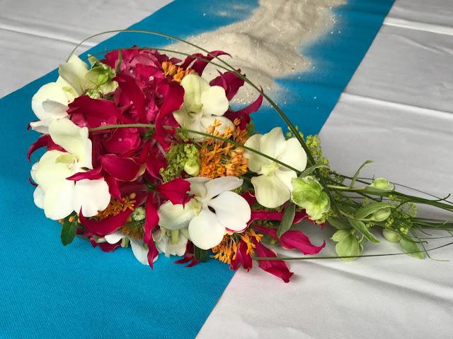 Brautstrauß mit Orchideen, exotisch heiraten, Malediven Karbiik-Hochzeit im Seehaus, Riessersee Hotel Garmisch-Partenkirchen Bayern, Hochzeitsplanerin Uschi Glas