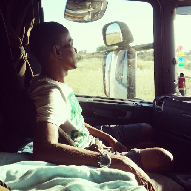 Michi um die Welt: Autostoppen an der Grenze Botswana - Namibia. Dieses Erlebnis fällt bestimmt unter meine Top 10 der aufregendsten Reiseabenteuer