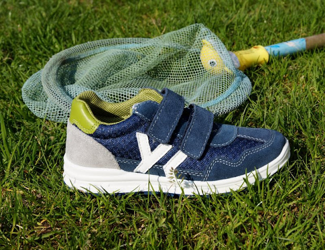 Unterwegs im Garten mit neuen Sommerschuhen (+ Verlosung). Coole Sneaker für Jungen mit Klettverschluss von Elefanten.