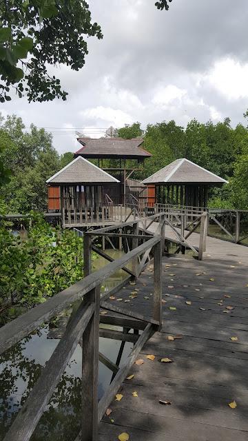 ujung jembatan kayu, terkunci rapat