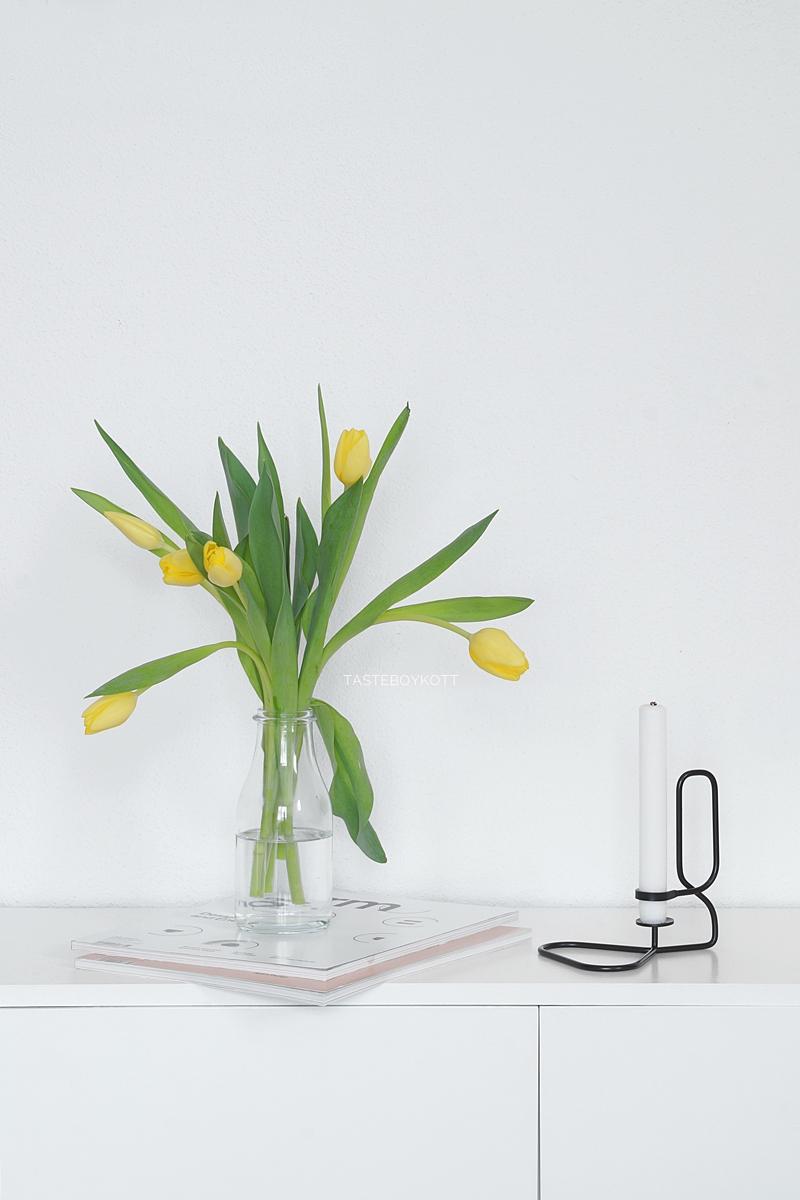 Gelbe Tulpen in Ikea-Vase als schlichte moderne Frühlingsdeko auf dem Sideboard. Tasteboykott.