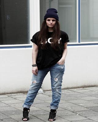 outfit urbano casual juvenil con jeans boyfriend