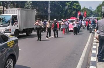 Massa 'Zombie'  Narik Mobil Tangki Ke Istana Negara