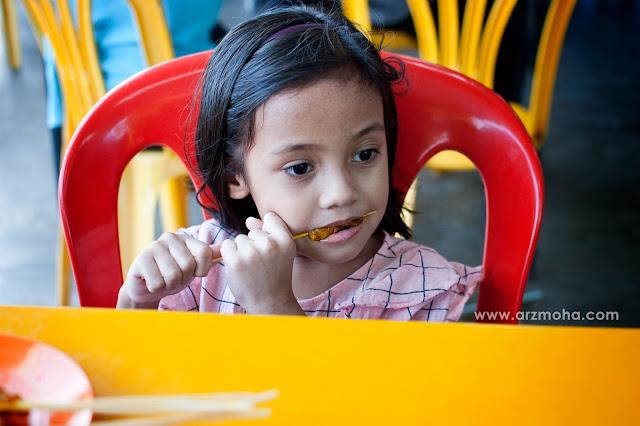 kids, cik puteri makan, satay, kanak-kanak makan satay, anak blogger malaysia, kids photography, kanak-kanak comel, model kanak-kanak,
