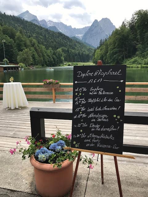 TIme Line Tafel, Bunte Sommerblumen-Hochzeit am See und in den Bergen, Riessersee Hotel Garmisch-Partenkirchen, Bayern, nahe der Zugspitze, Hochzeitsplanerin Uschi Glas
