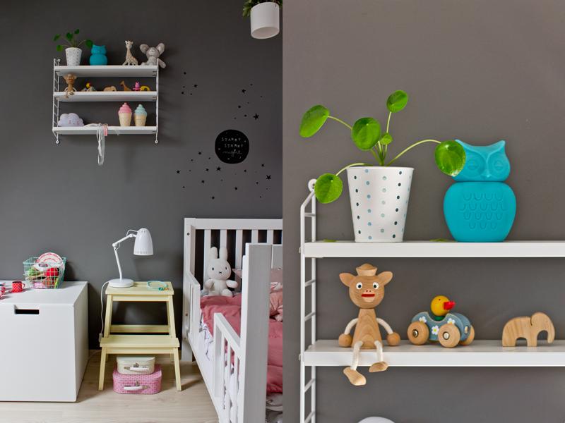 kąt sypialny w pokoju dziecka, pokój dla trzylatki, półka string pocket, pilea, lampka nocna, lampka Dynamo, stołek ikea, diy, koszyk druciany miętowy, łóżeczko niemowlęce, drewniane łóżko dla dziecka, skrzynia ikea, drewniane zabawki, miffy, kuferki papierowe, kolorowe walizki, zabawki, pikowana narzuta, lampka chmurka, lampki lody, żyrafa sophie, sofie