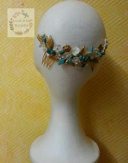 peineta de porcelana artesanal para invitada con dorado, blanco y turquesa
