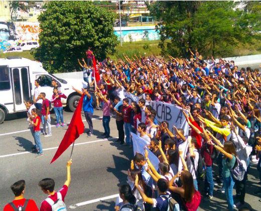 Protestas en Caracas estudiantil por suspensión del referendo