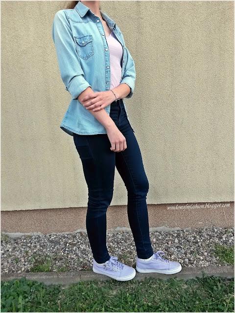 Jeansowa koszula i spodnie, fioletowy top i tenisówki, biżuteria