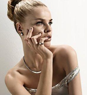 Mujer con sus joyas: gargantilla, anillo y pendientes de plata