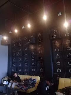 lemari dinding di madeline cafe