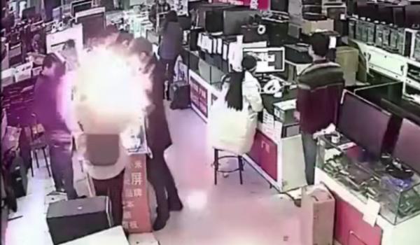 فيديو مروع لانفجار بطارية أثناء تجربتها من طرف شخص عن طريق عضها!