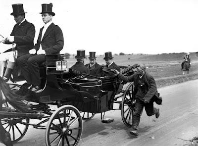 Mendigo pidiendo al rey Jorge V en su carruaje