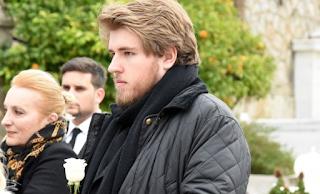 Με ένα λευκό τριαντάφυλλο αποχαιρέτησε τη μητέρα του ο 22χρονος γιος της Μαριάννας Τόλη (εικόνες)