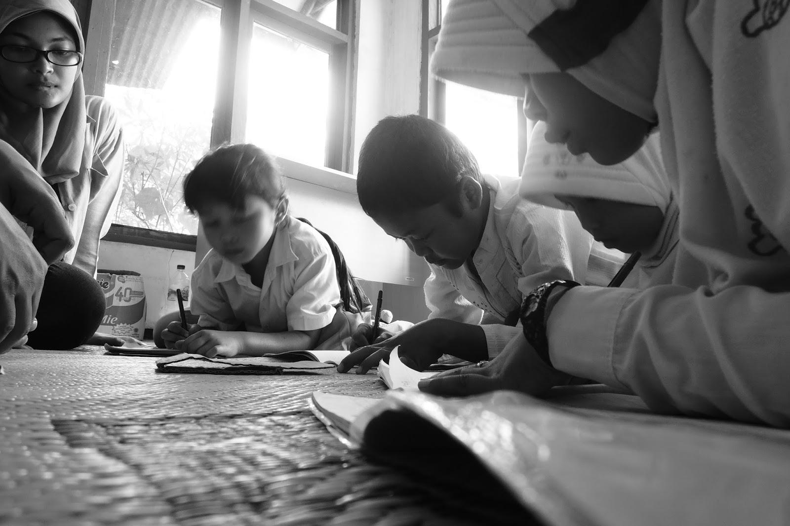 anak-anak belajar bersama volunteer Book for Mountain
