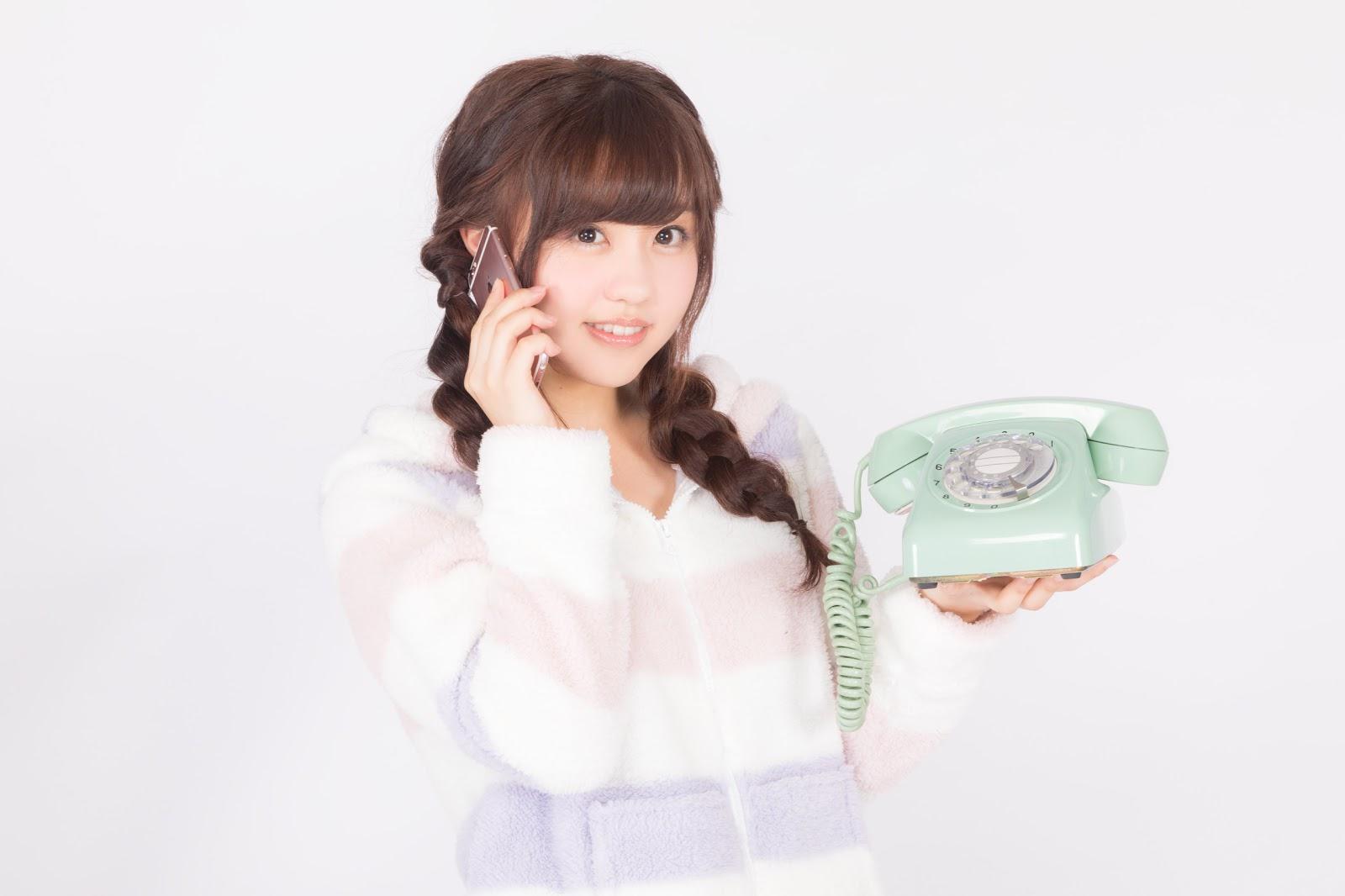 河村友歌がモデルの写真:ダイヤル式電話機の使い方がわからずスマホから電話する平成生まれ