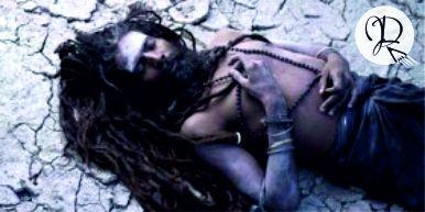 hombre aghori cenizas meditacion cabello
