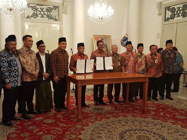 Ketum PBNU, KH. Said Aqil Siraj dan Gubernur DKI Djarot Saiful Hidayat memegang surat MoU dan perjanjian terkait pengelolaan Jakarta Islamic Centre (JIC) dan Masjid Raya KH. Hasyim Asy'ari.