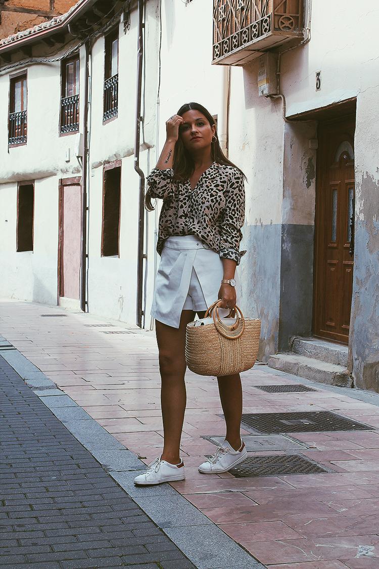 Outfit con camisa de leopardo moda