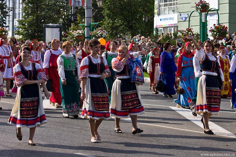 Участники шествия в национальных костюмах на праздновании тысячелетия единения мордовского народа с народами России