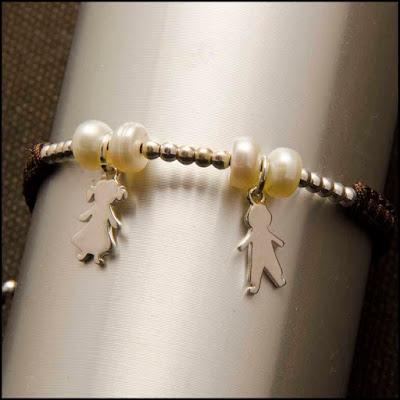 Pulsera colgantes niño y niña de plata y perlas. Joyería Artesanal Personalizada. Regalo día de la madre