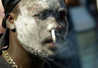 Mann raucht Zigarette durch Nase