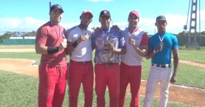 Villavicencio (Izq) cuando ganó pruebas de habilidades en ligas independientes del beisbol en Cuba. Le acompañan Yonel Vido (Industriales), Yusel Valdez (Cienfuegos/Isla), Erick Jiménez (Papa's) e Inaudi Rodríguez (COCO)