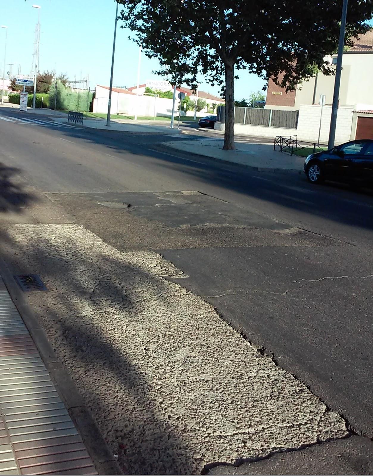 Asfalto de la calle Manzanedo con cartel taurino