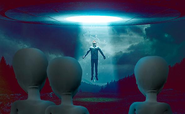 hombre siendo abducido por tres extraterrestres